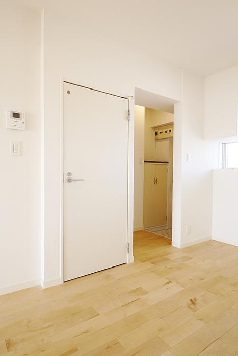 【内観】TOMOS江南_玄関からすぐのドアは水回りです_MG_6949