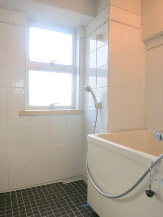 7A ナゴヤマンション今池  レトロなバスルーム タイルとガラス玉でデザインされた可愛いお風呂1