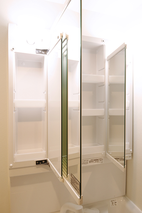 【Gstyle栄東】水回り_独立洗面台_鏡の裏は収納です_MG_8999