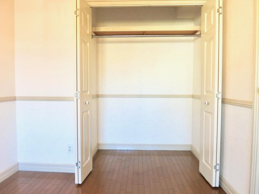 ホワイトの腰壁が素敵なお部屋。洋間収納 MA MAISON 弐番館3