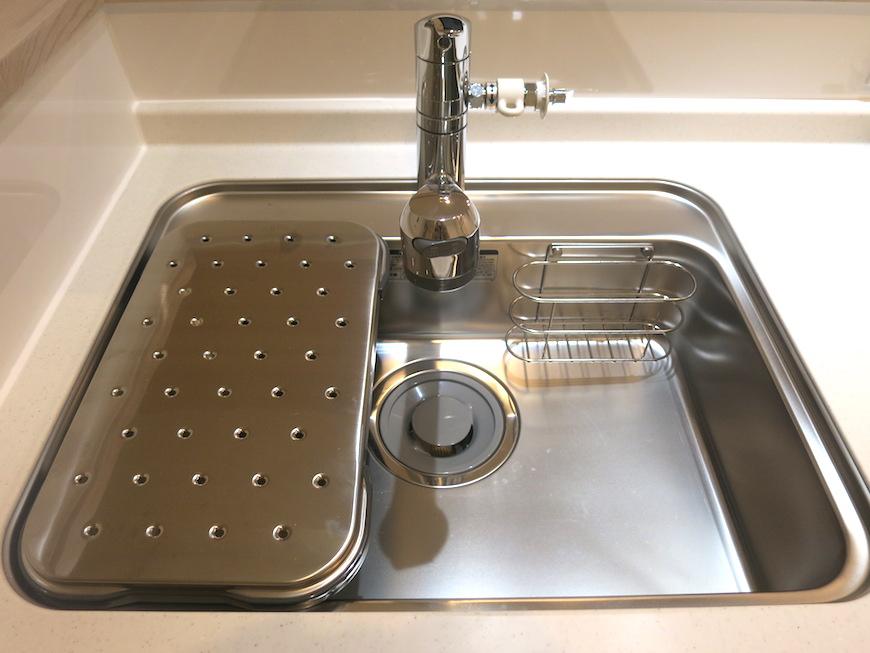 エステート楠 キッチンスペース。きれいなシンクと3口コンロ。IMG_2265