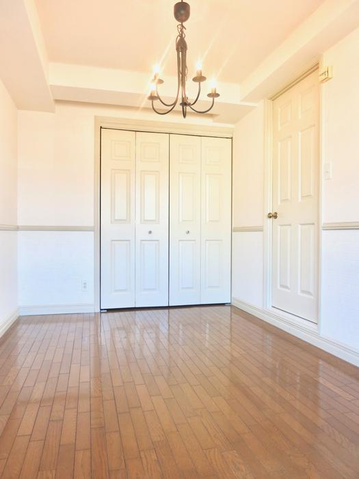 ホワイトの腰壁が素敵なお部屋。MA MAISON 弐番館6