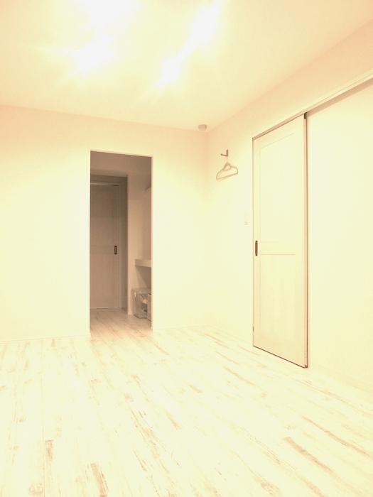 エステート楠 6.8帖の洋間 シャビーシックな床とホワイトの壁2