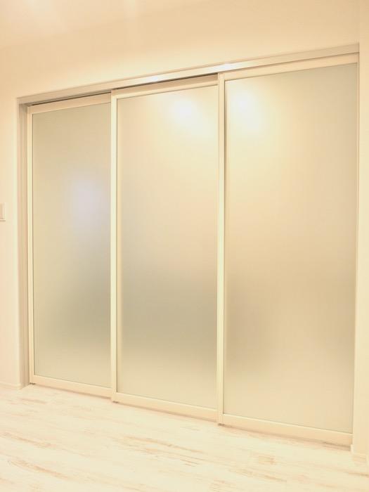 エステート楠 すりガラス風の扉で明るい空間に。IMG_2258