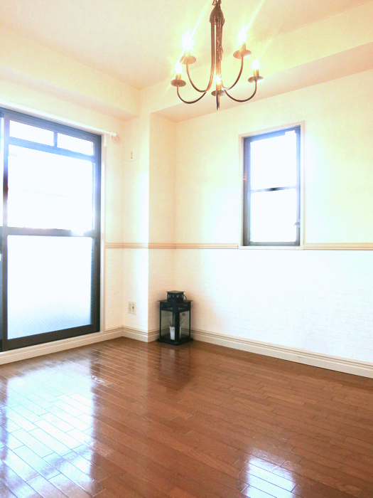 ホワイトの腰壁が素敵なお部屋。MA MAISON 弐番館1