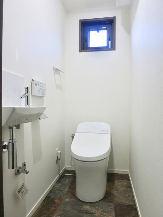 RINASCERE 902号室 シンプルで窓付のトイレ1
