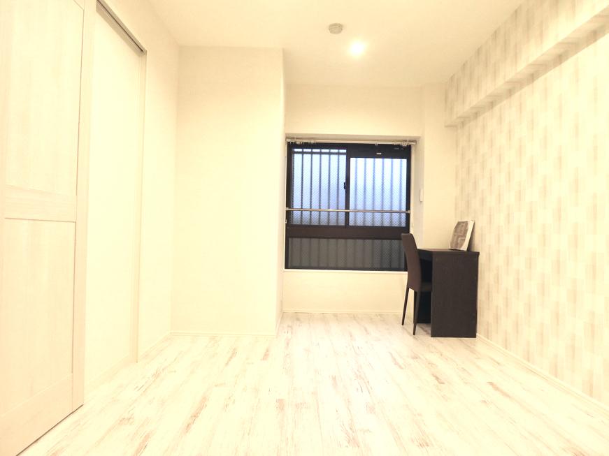 エステート楠 6.8帖の洋間 シャビーシックな床とホワイトの壁5