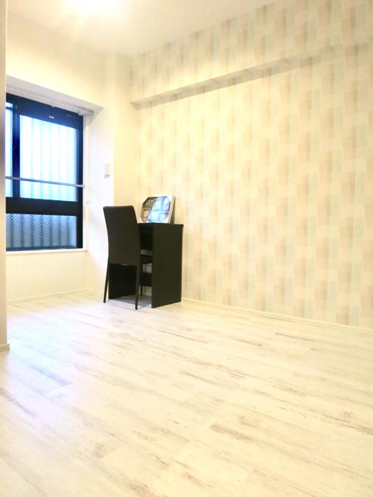 エステート楠 6.8帖の洋間 シャビーシックな床とホワイトの壁1