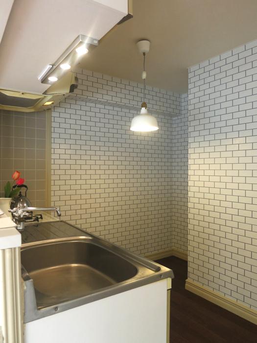 上品なホワイトレンガの壁紙がキッチンのアクセント。MA MAISON 弐番館1