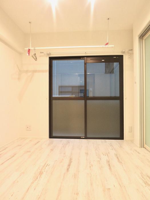 エステート楠 4.7帖の洋間 シャビーシックな床とホワイトの壁3