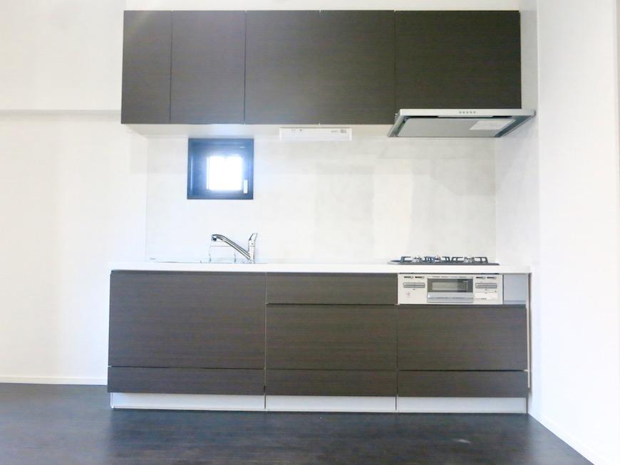 IRINASCERE 801号室 ダークブランのキッチン台。スタイリッシュです。MG_2400