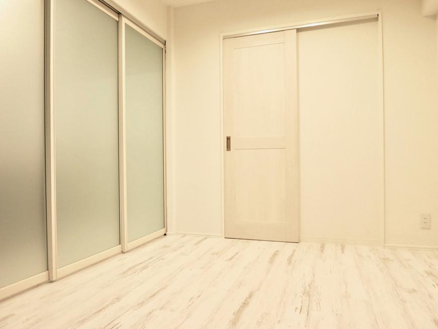エステート楠 4.7帖の洋間 シャビーシックな床とホワイトの壁2
