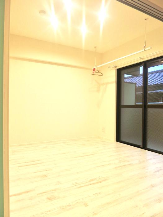 エステート楠 4.7帖の洋間 シャビーシックな床とホワイトの壁1