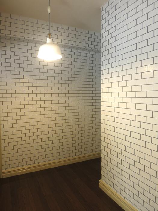 上品なホワイトレンガの壁紙がキッチンのアクセント。MA MAISON 弐番館2