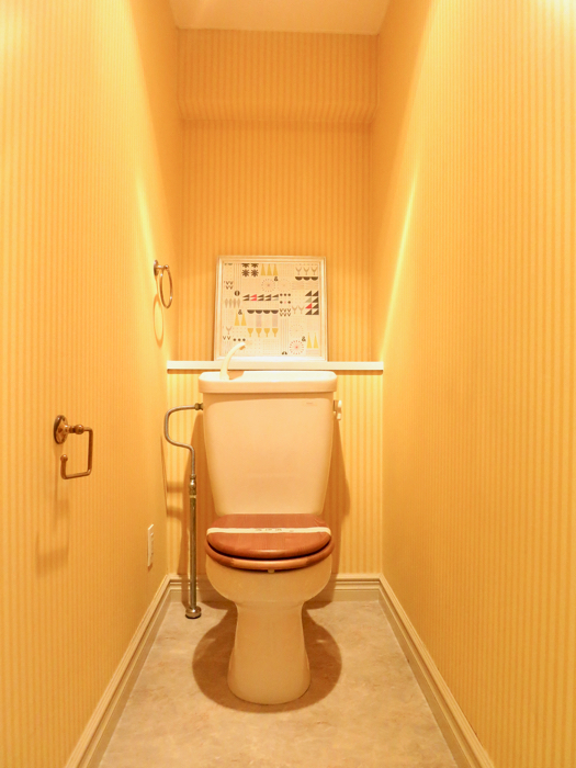 イエローストライプの壁紙がアクセントになったトイレ MA MAISON 弐番館1