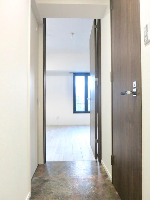 RINASCERE 802号室 玄関からリビングへ。IMG_2436