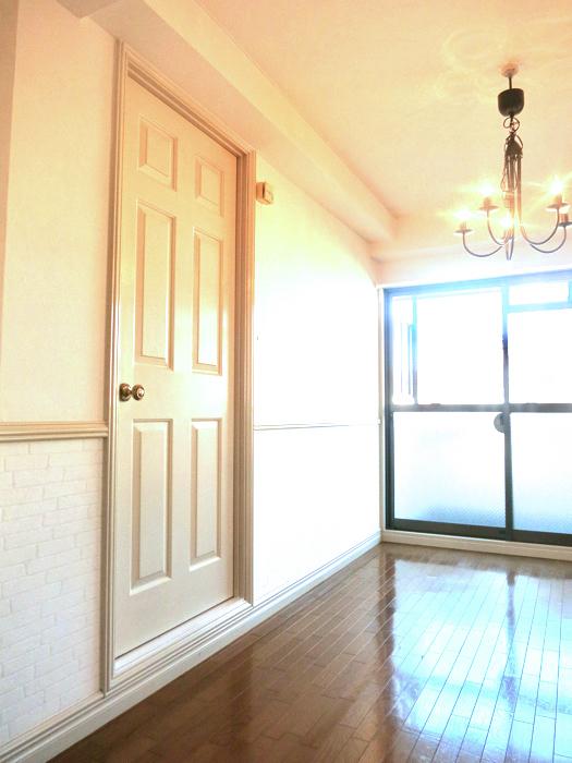 ホワイトの腰壁が素敵なお部屋。MA MAISON 弐番館4