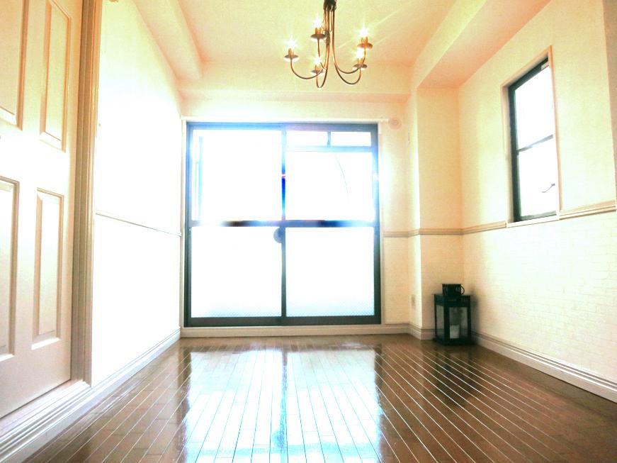 ホワイトの腰壁が素敵なお部屋。MA MAISON 弐番館2