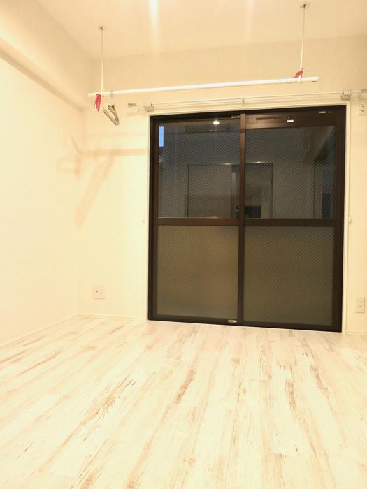 エステート楠 4.7帖の洋間 シャビーシックの床とホワイトの壁