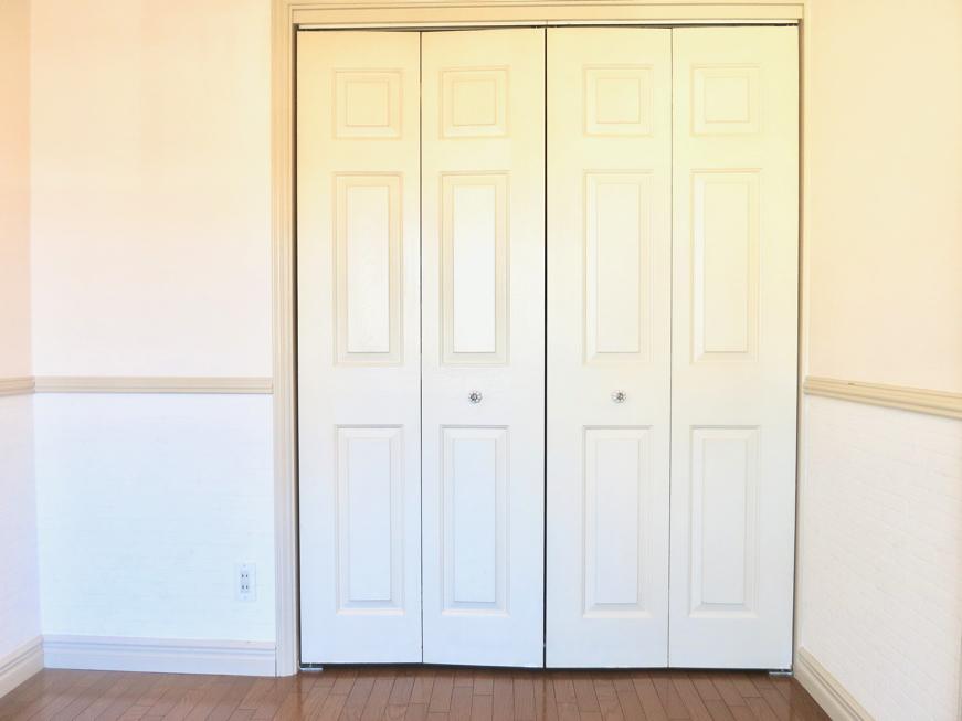 ホワイトの腰壁が素敵なお部屋。洋間収納 MA MAISON 弐番館1