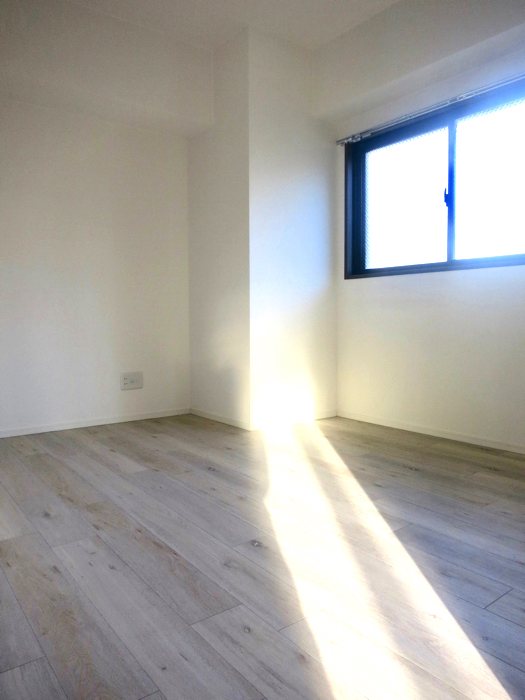 RINASCERE 902号室 白木風の床が素敵な6帖の洋間1