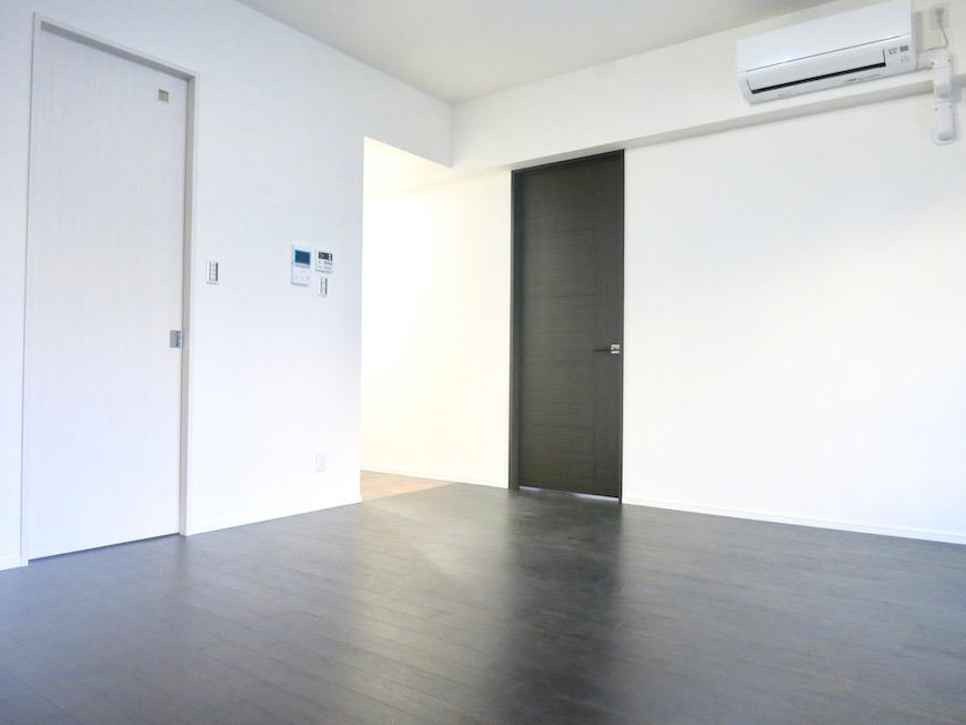 RINASCERE 801号室 ダークブランの床が洋館のようです。IMG_2399