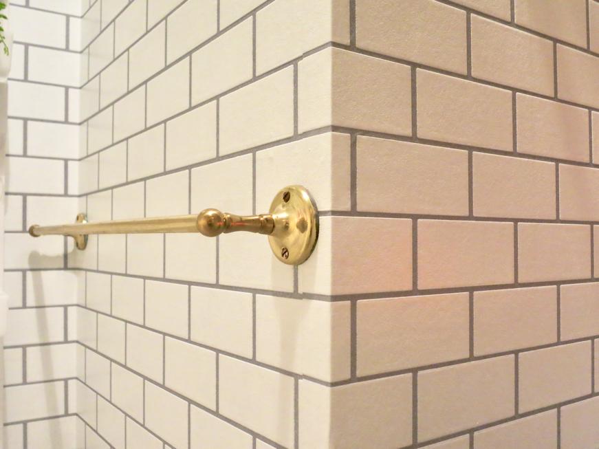 ゴールドの小物と上品なホワイトレンガ壁紙。サニタリールーム MA MAISON 弐番館6