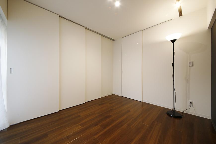 【メゾン千種】洋室_仕切りの扉を閉める_MG_4163