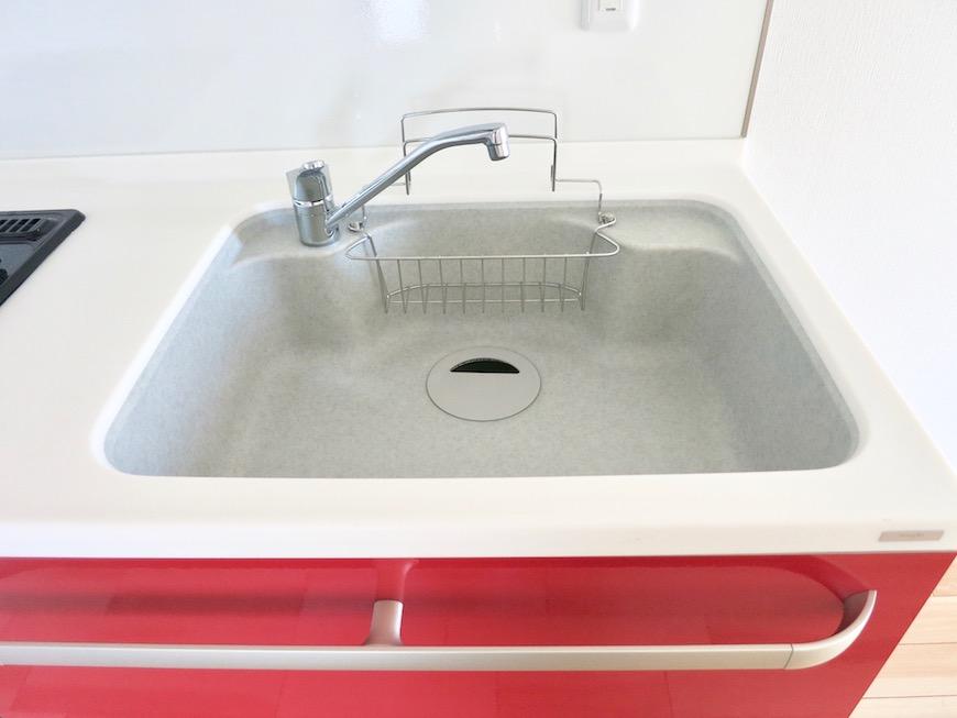 AZUR JOSAI 5B  赤いキッチン台が鮮やか。2