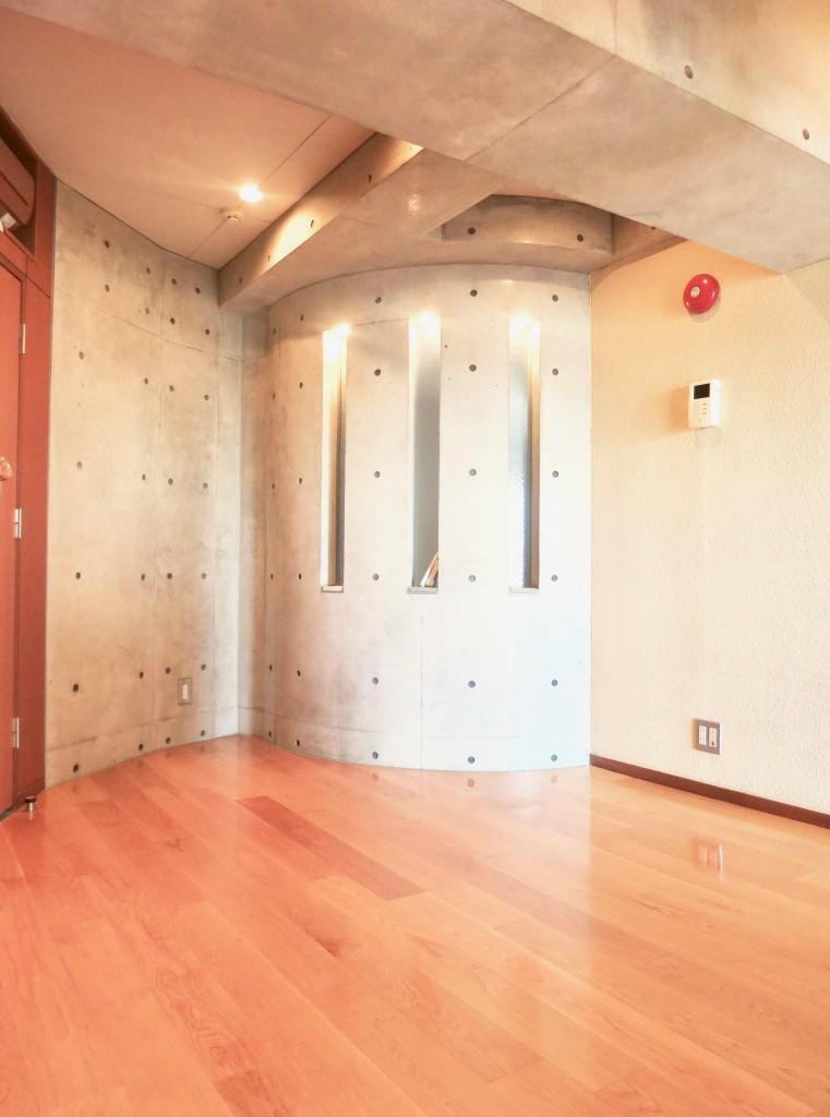 ARK HOUSE SOUTH 6A  円柱のコンクリートがかっこいい。5.4帖の洋室。MG_2864