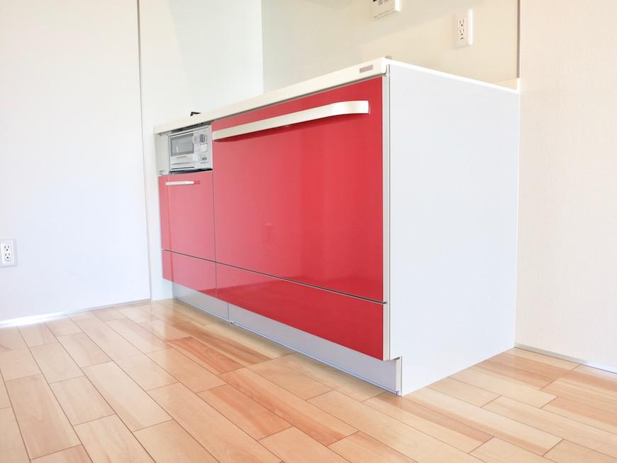 AZUR JOSAI 5B 赤いキッチン台がお部屋のアクセント。0