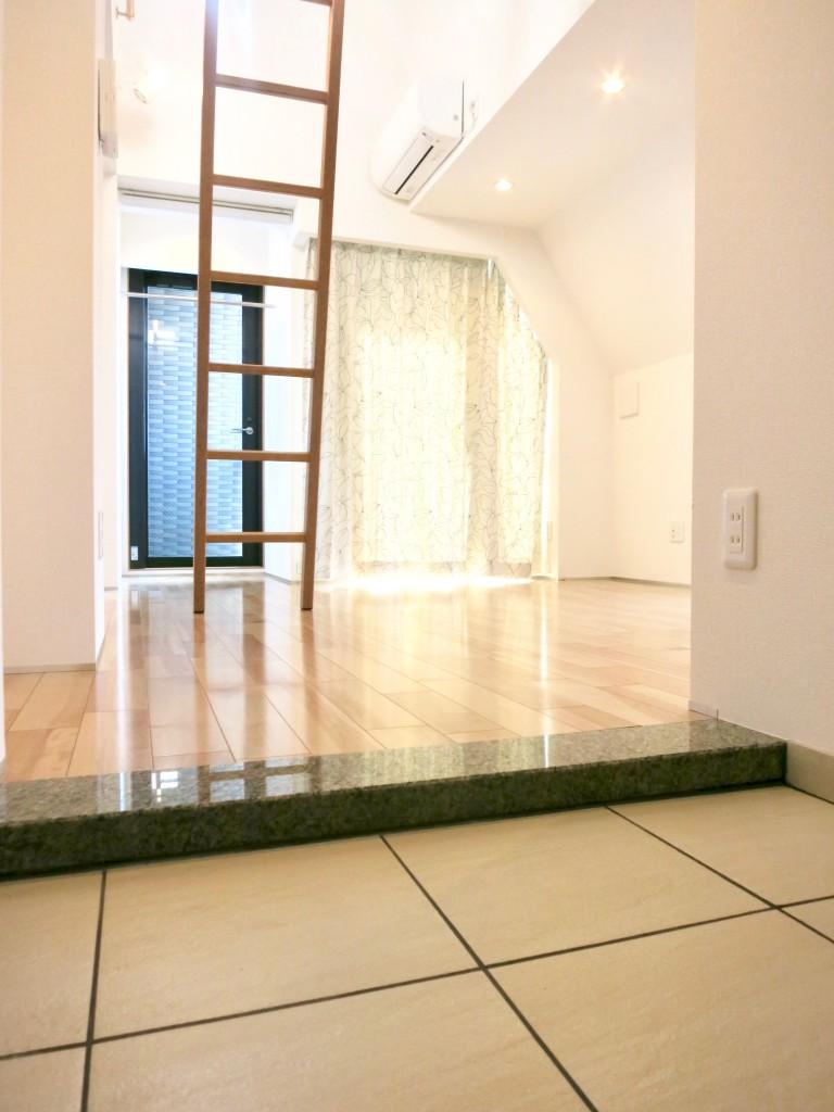 AUZR JOSAI 5B 玄関からお部屋を見たところ。IMG_3469