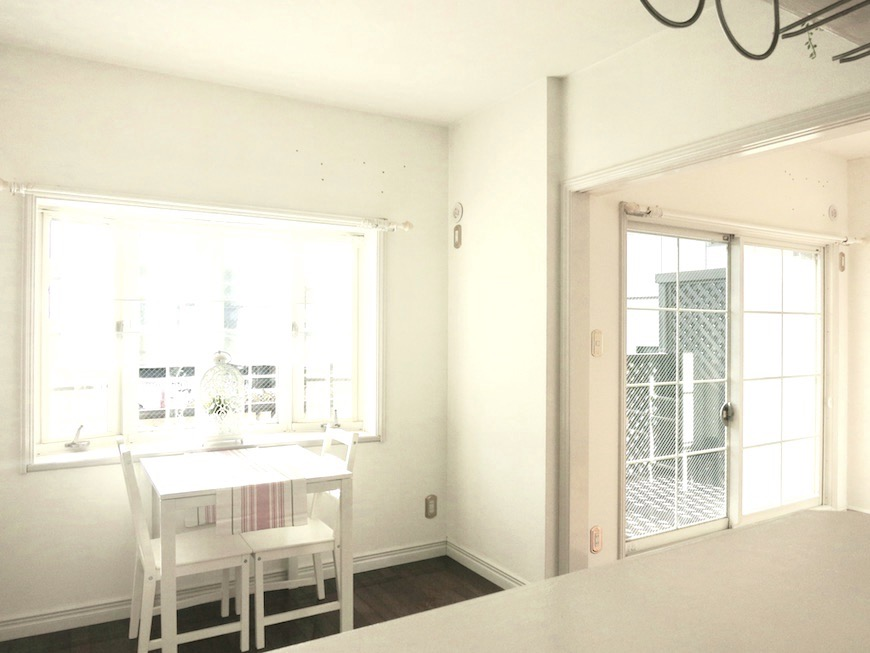 MA MAISON 参番館  ホワイトで柔らかい日差しが入るリビングスペース。6