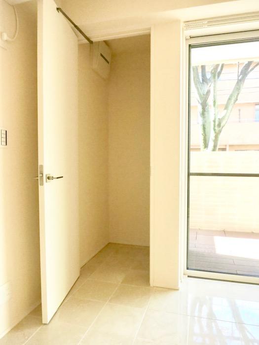 コレクション城西 North  102号室 収納&洗濯機置場。1
