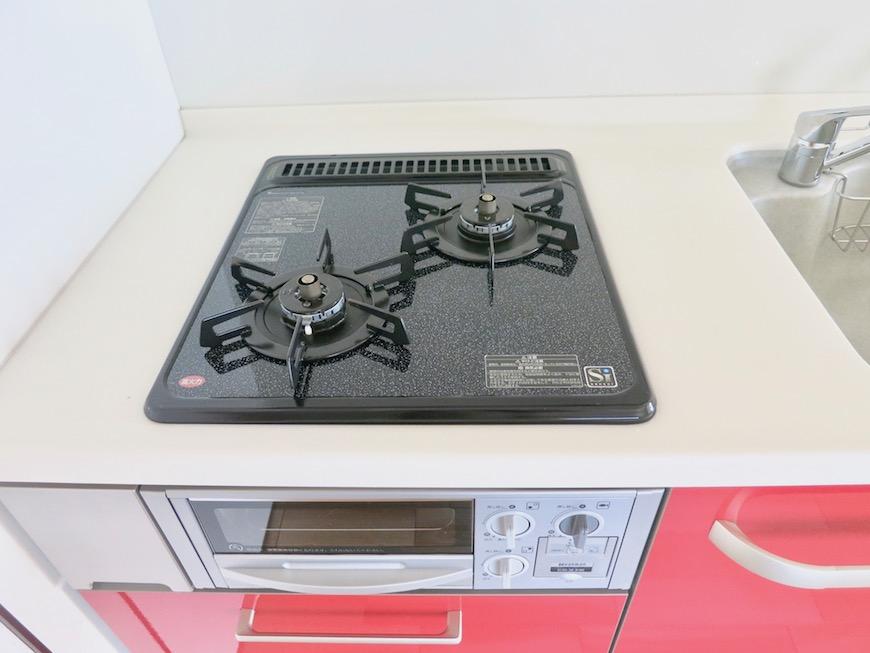 AZUR JOSAI 5B  赤いキッチン台が鮮やか。1