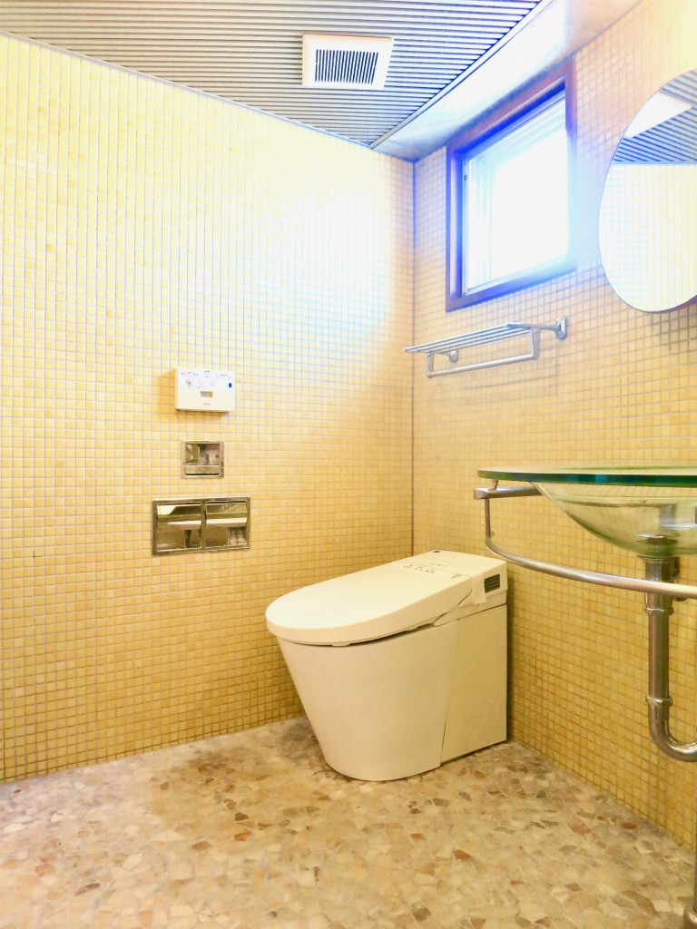 ARK HOUSE SOUTH 6A イエローのタイルが鮮やかなトイレIMG_2883