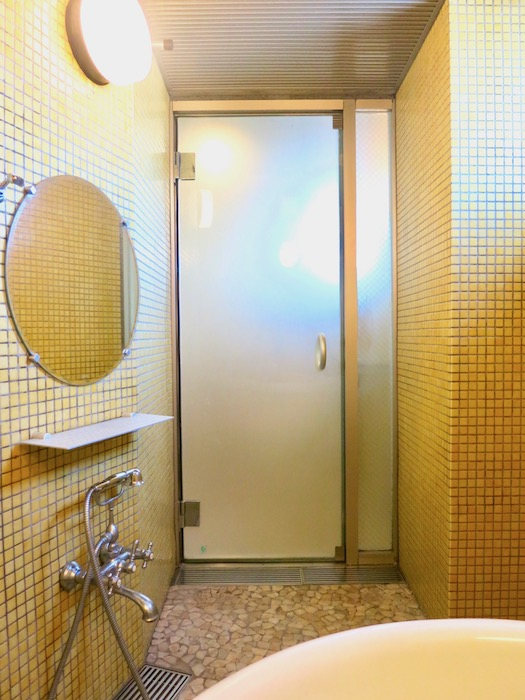 ARK HOUSE SOUTH 6A 黄色のタイルが鮮やかなバスルーム。 4