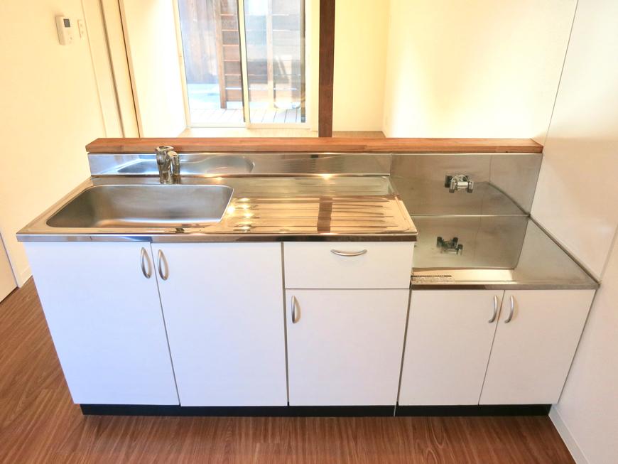 グランスイート黒川テラス 103号室  ホワイトでスッキリしたキッチン台2