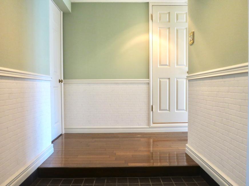 MA MAISON 参番館 ピスタチオグリーン色の壁紙が貼られた上品な玄関&廊下6