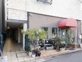 【メゾン千種】エントランス付近_建物一階はカフェ『バビュー』_MG_3849