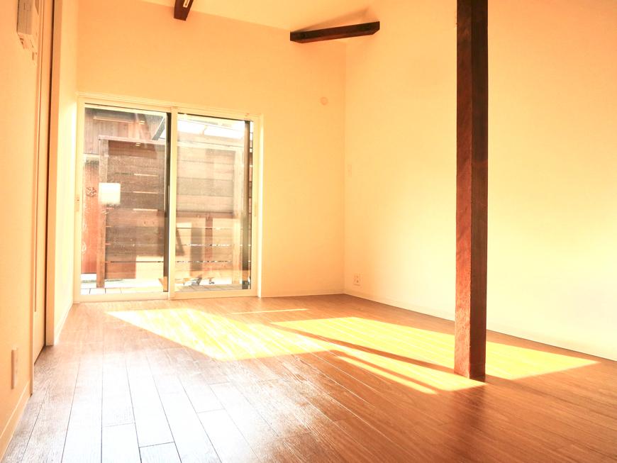 グランスイート黒川テラス 103号室  こげ茶天井がたまりません。13.7帖のLDK2
