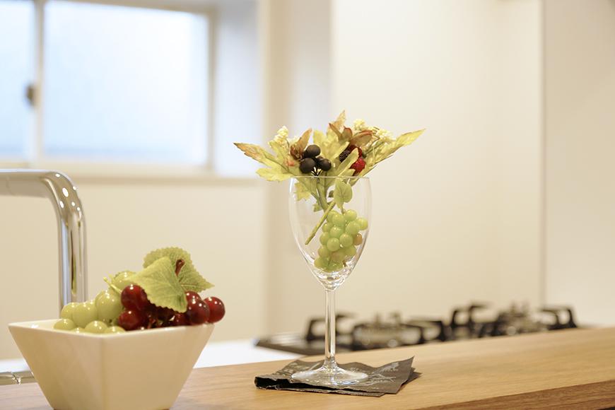 【メゾン千種】キッチン_カウンタにお花を置いて_MG_4441