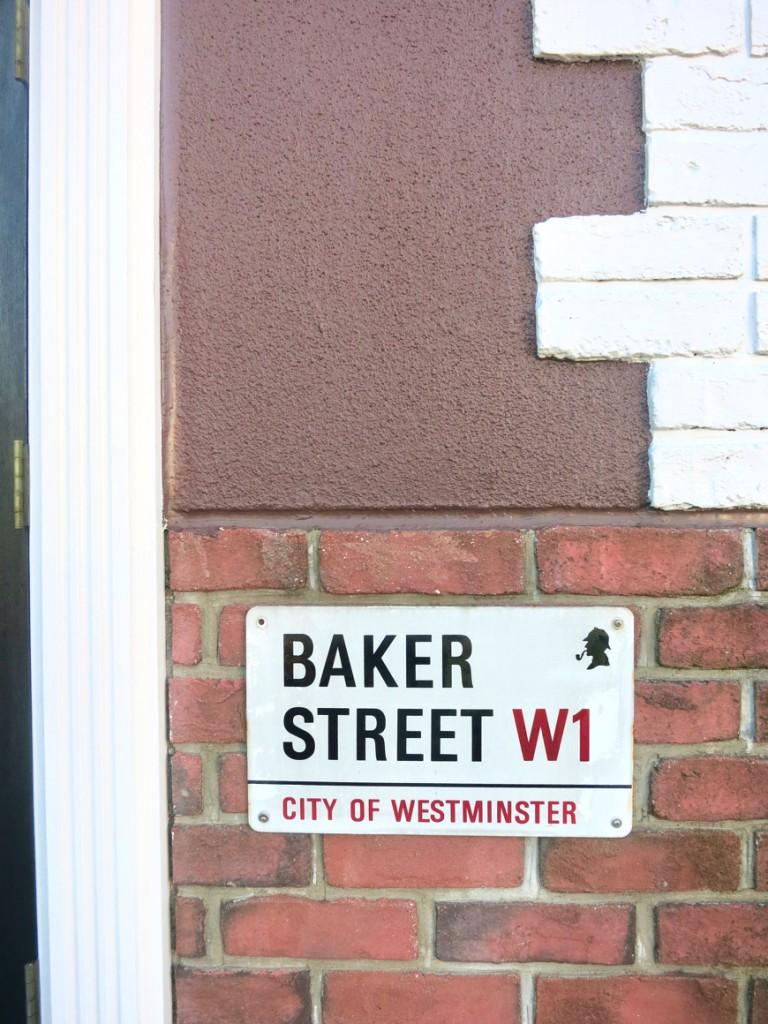 MA MAISON 参番館  外観・ベイカーストリートのプレート シャーロックホームズですね♪