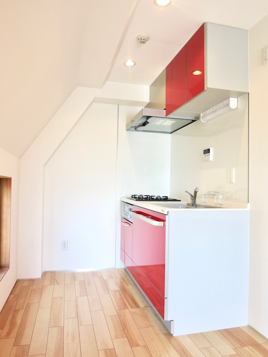 AZUR JOSAI 5B  赤いキッチン台が鮮やか。0