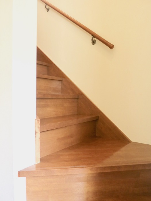 グランスイート黒川テラス。玄関横に階段があります。IMG_2677