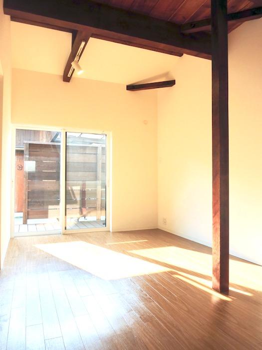 グランスイート黒川テラス 103号室。かっこいい天井のある風景。IMG_2686