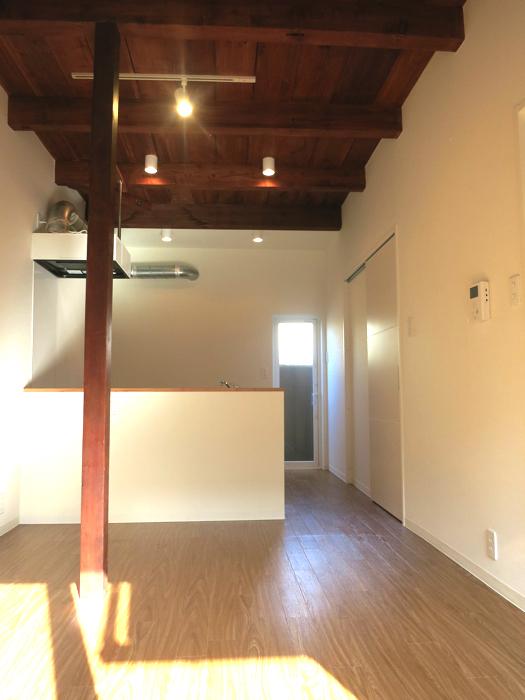 グランスイート黒川テラス 103号室  こげ茶天井がたまりません。13.7帖のLDK5