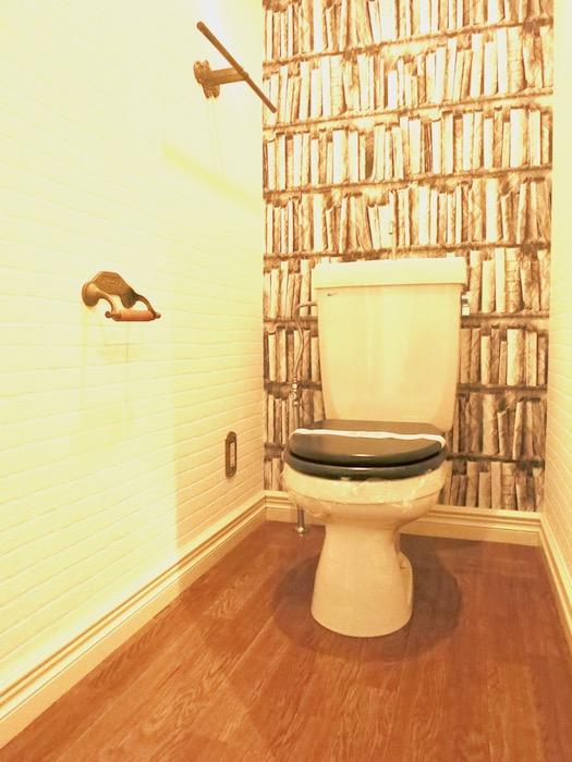 MA MAISON 参番館 本棚の壁紙のあるトイレ3