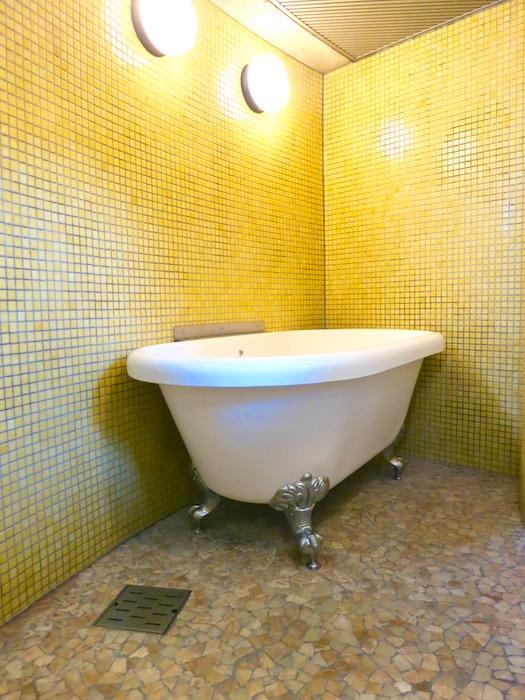 ARK HOUSE SOUTH 6A 黄色のタイルが鮮やかなバスルーム。 2