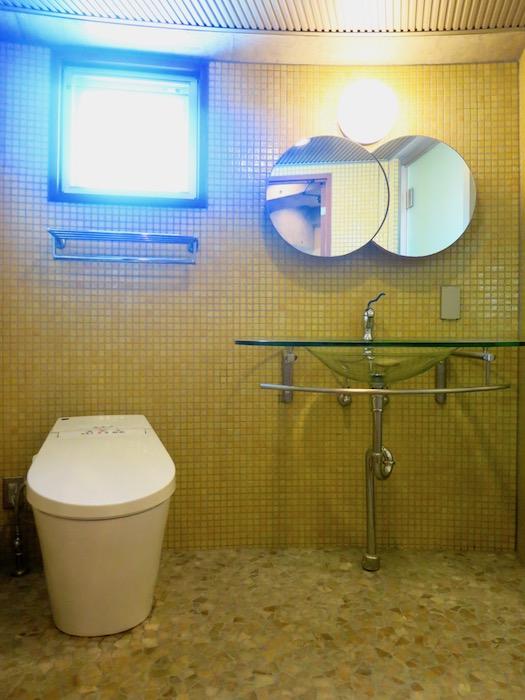 ARK HOUSE SOUTH 6A 黄色のタイルが鮮やかなバスルーム。 1
